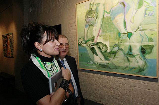 Посетители у картины Милы Маркеловой Художник и модель . 2012 год