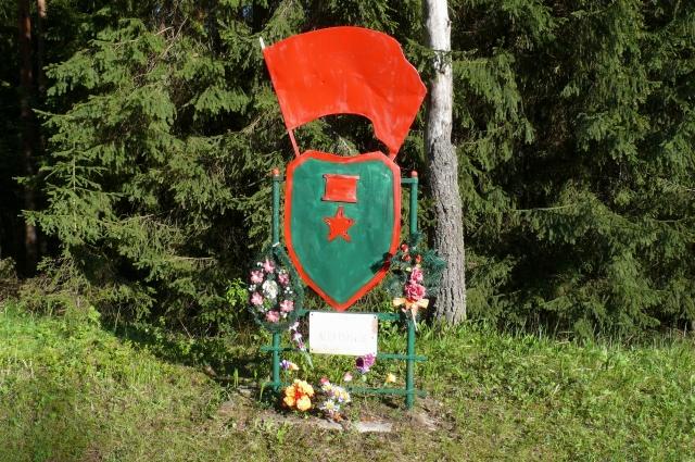 Мемориальный знак на месте подвига Лёни Голикова