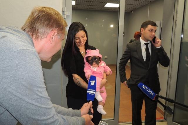 Прибытие маленькой пациентки из США привлекло большое внимание журналистов.