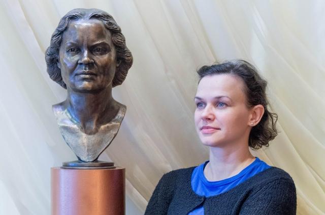 Полина Борисова у бюста бабушки. Анастасия Варжало была актрисой, режиссёром и педагогом Омского театра кукол.