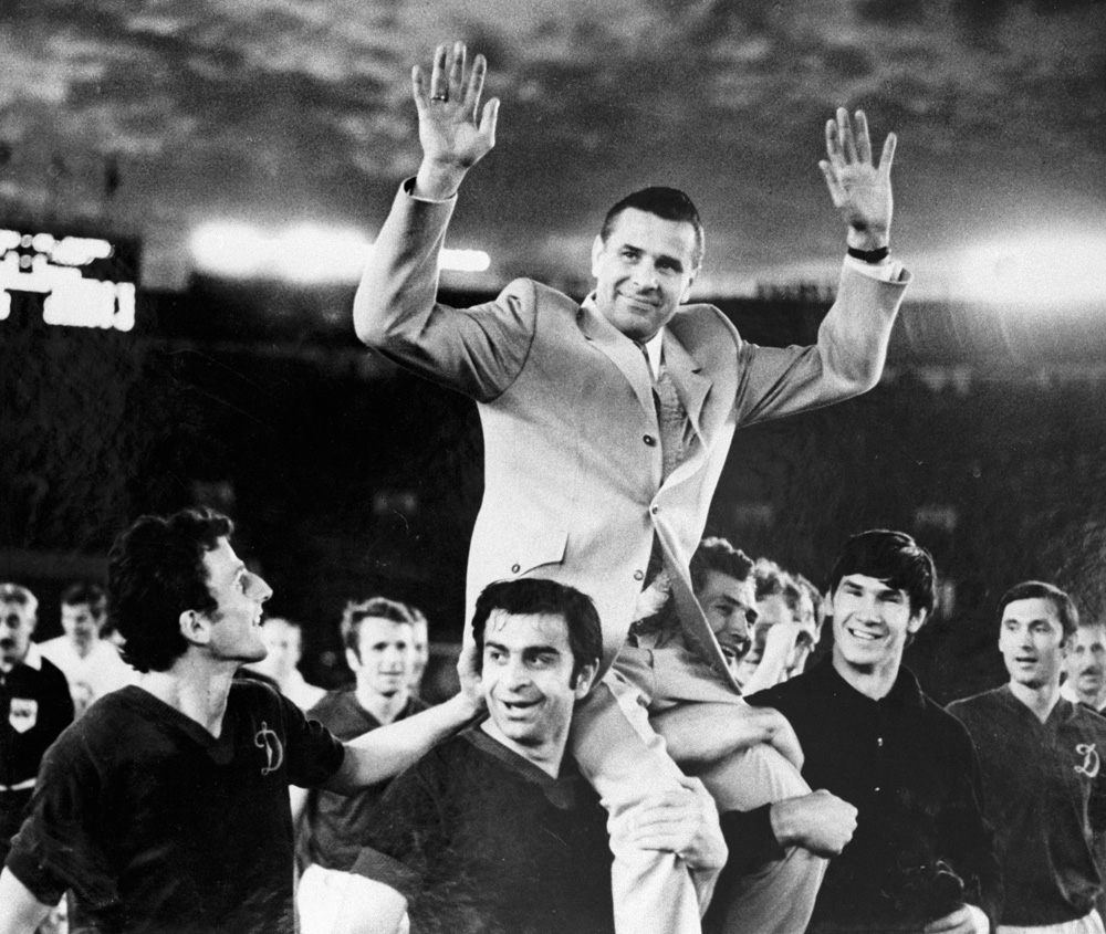 Футболисты несут на плечах вратаря Льва Яшина. 1972 г.