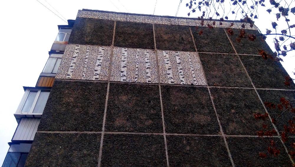 Внимательного прохожего ждут сюрпризы: на высоте четвёртого этажа обычной хрущёвки - неожиданное панно с берёзами.