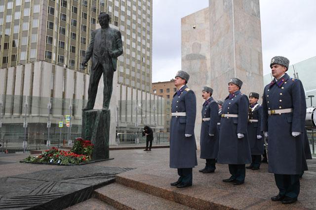 Почетный караул к памятника Е. Примакову.