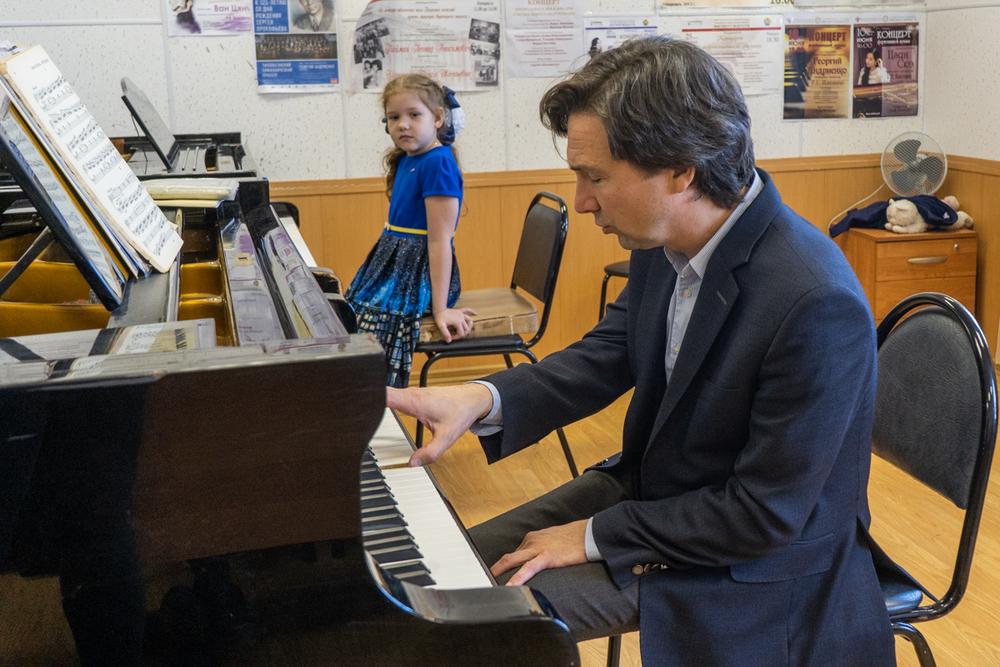Московский учитель даёт настроение музыке.