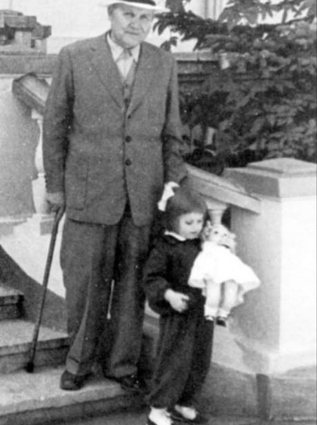 Елена Конева со своим дедом - маршалом Иваном Коневым.