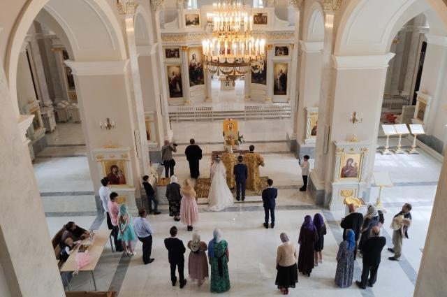 Первую праздничную литургию в воссозданном храме на Песках отслужили на Рожде- ство, в январе нынешнего года. Это произошло 87 лет спустя после разрушения.
