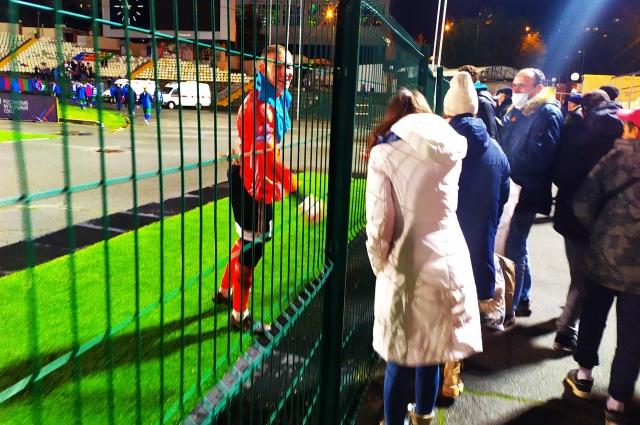Герой матча Даниил Аржевитин благодарит болельщиков за поддержку.