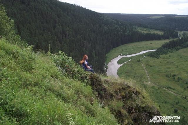 С вершины Серого камня открывается живописный вид на окрестности и излучину небольшой реки Иргина.