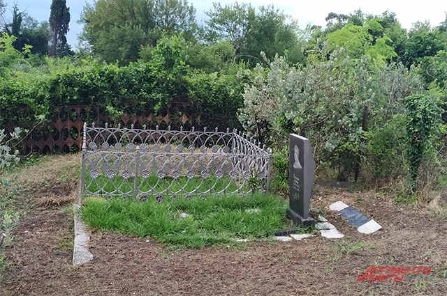 В Абхазии иногда хоронят родственников прямо на приусадебном участке. Это редкость.