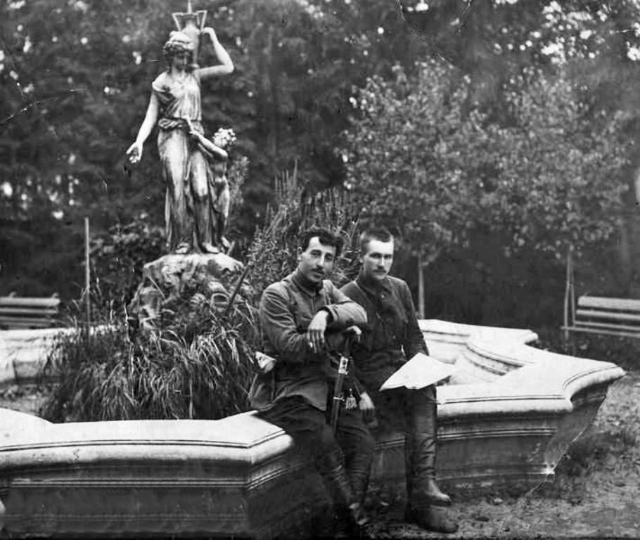 Г.Д. Гай, командир 24-й Железной дивизии со своим адъютантом после взятия Симбирска в саду особняка Шатрова.