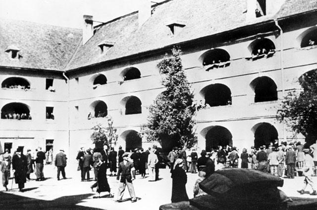 Вторая мировая война 1939 - 1945 годов. В гетто города Терезина, превращенного нацистами в концентрационный лагерь, содержались граждане почти всех европейских стран. Репродукция фотографии