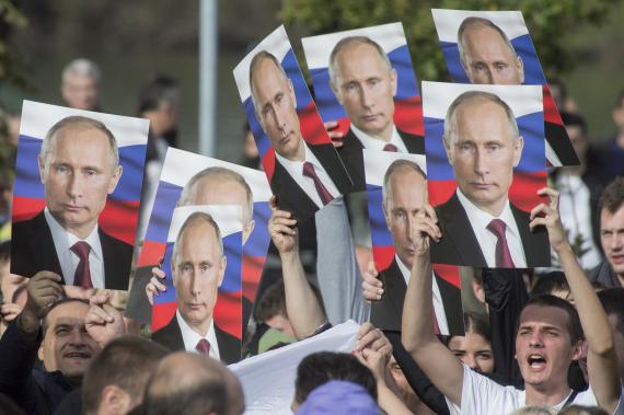 Сторонники Владимира Путина с плакатами