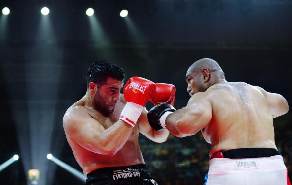 Мануэль Чарр (Германия) и Алекс Леапаи (Австралия) во время боя перед рейтинговым боем в супертяжёлом весе
