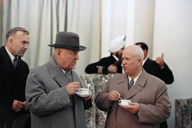 Советский государственный и военный деятель, маршал Советского Союза Николай Булганин и первый секретарь ЦК КПСС Никита Хрущёв на митинге в Кашмире во время визита в Индию. 1955 год