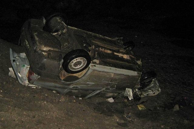 В результате опрокидывания один человек погиб и двое получили множество переломов.