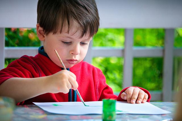 Мальчик рисует