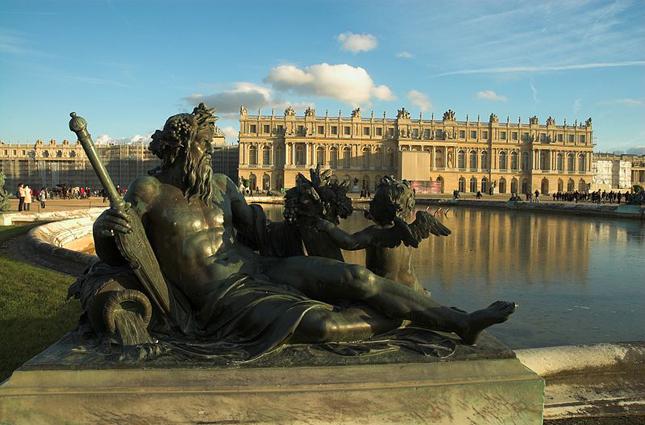 Замок Версаль является грандиозным памятником архитектуры Людовика XIV.