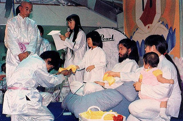 Лидер и основатель японской секты «Аум Сенрикё» Секо Асахара с членами секты.