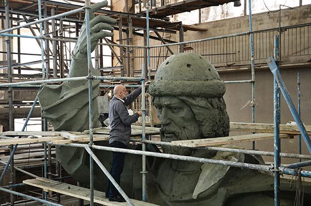 Cкульптор народный художник Cалават Щербаков работает над моделью памятника Великому князю Владимиру.