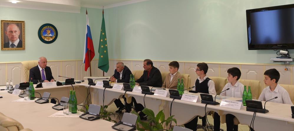 Участники игр на встрече с глава РА Асланом Тхакушиновым.