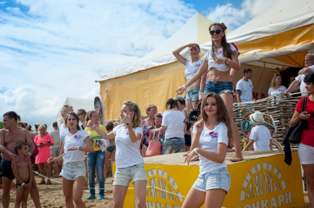 В Яровом танцуют 24 часа в сутки.