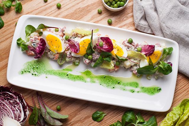 Оливье с копченой говядиной и листьями салата