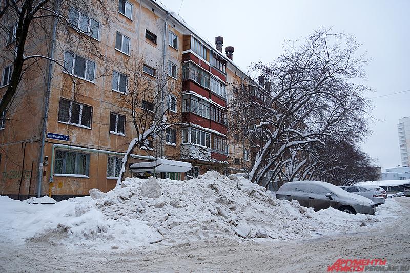 Яркий пример плохой уборки снега около дома.