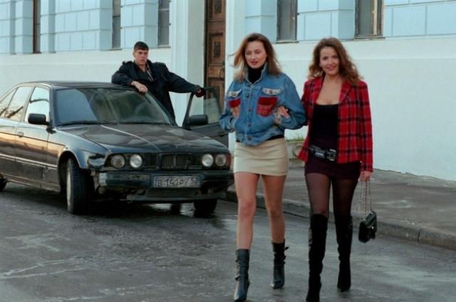 В фильме «Жмурки» Дмитрий Дюжев разъезжал по улицам Нижнего Новгорода на черном BMW.