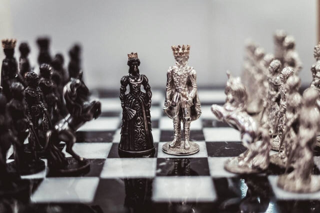 Уникальные шахматы должник изготовил своими руками.