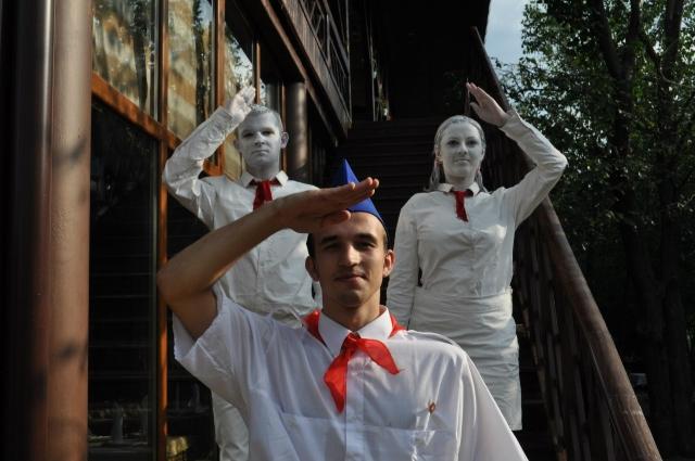В России появилась своя мода — на «живых» статуй пионеров.