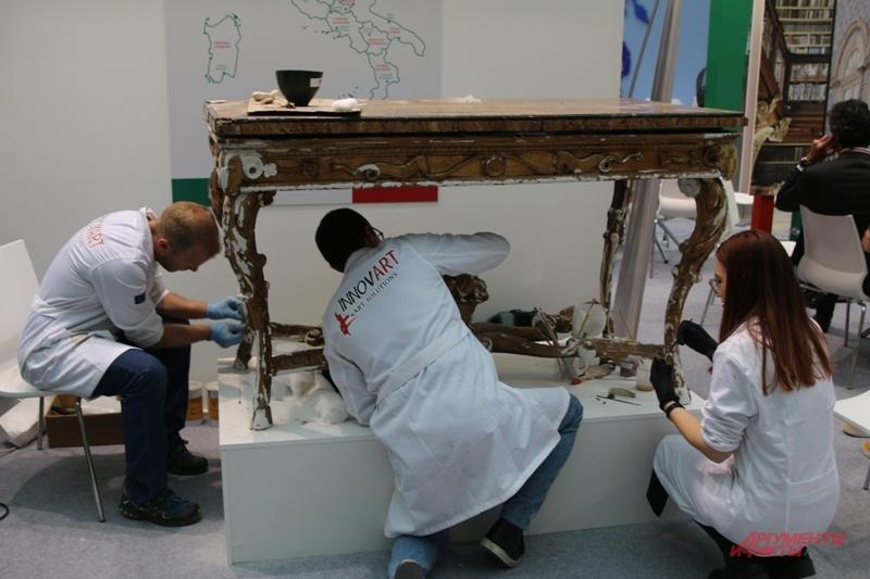 Итальянские мастера восстанавливают старинный стол