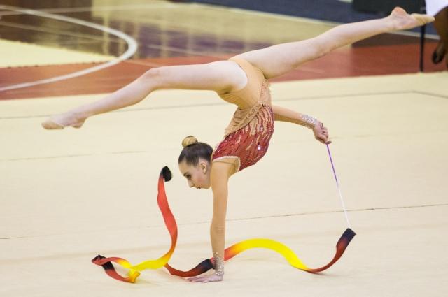 Гимнастки, гибкие, как ленты, восхищают мастерством.