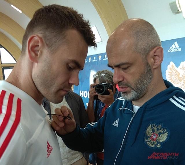 Игорь Акинфеев (слева).