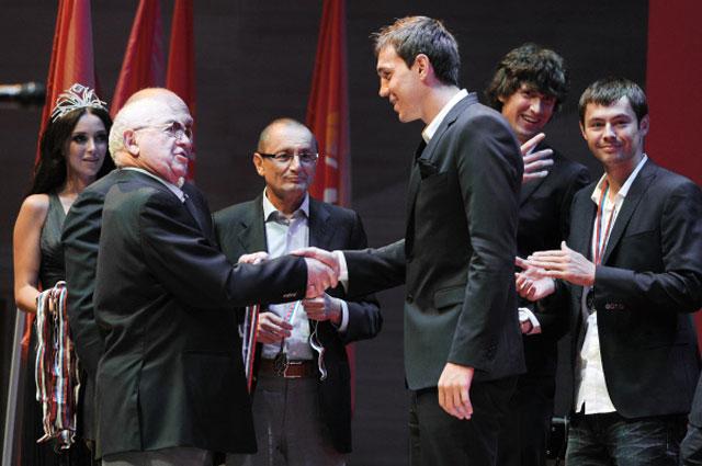 Никита Симонян на церемонии награждения ФК Спартак серебряными медалями