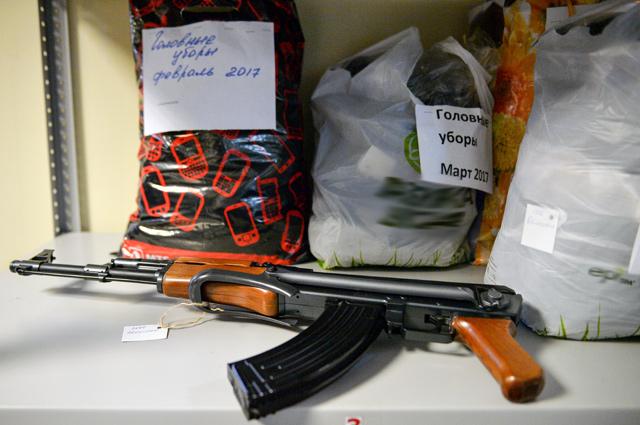 Арсенал склада всё время пополняется игрушечным оружием разного калибра.