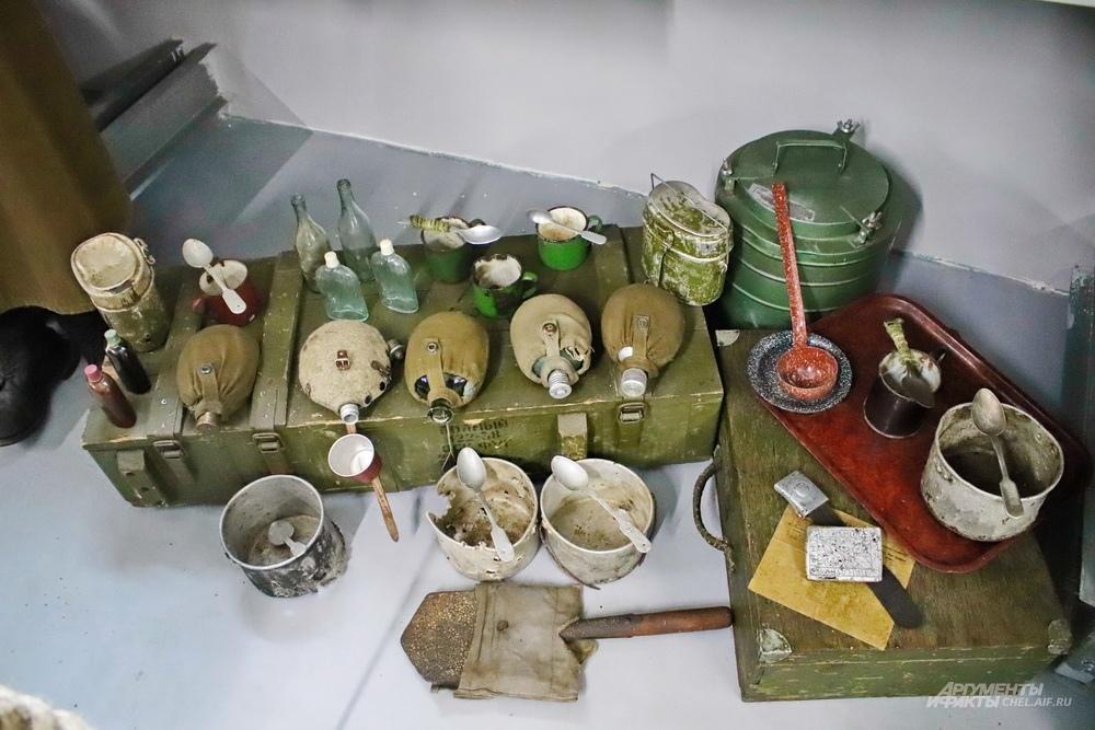 Личные вещи бойцов, найденные поисковиками. Вся посуда подписана владельцами - имена выцарапаны на ложках и котелках.