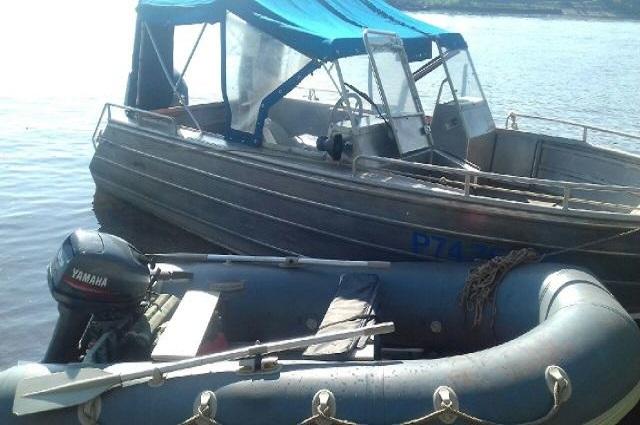 Спасатели нашли лодку рыбака и привезли на свой пост.