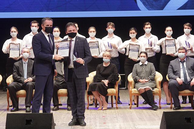 Врио губернатора Вячеслав Гладков  вручил Роману Ястребинскому премию Шухова.