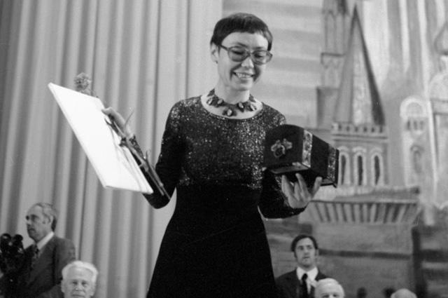 Кинорежиссёр Динара Асанова после вручения ей приза жюри X Московского международного кинофестиваля за фильм Ключ без права передачи, 1977 г