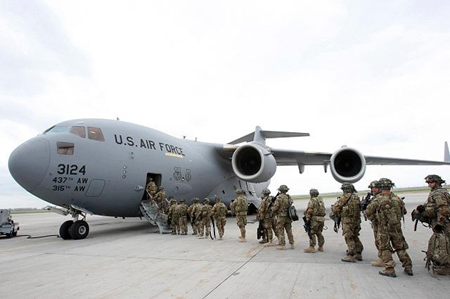 Американские военнослужащие у транспортного самолета перед отправкой в Афганистан в аэропорту «Манас». Фото из архива.