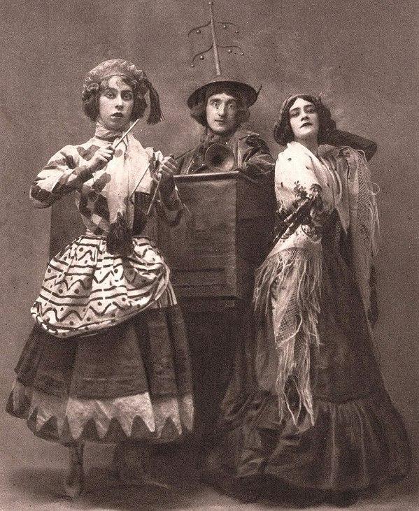 Бронислава Нижинская (слева) в балете «Петрушка».