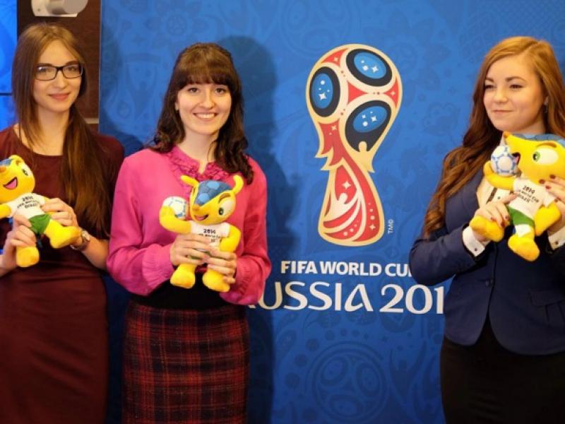 Девушкам подарили броненосцев - талисман ЧМ-2014 в Бразилии.