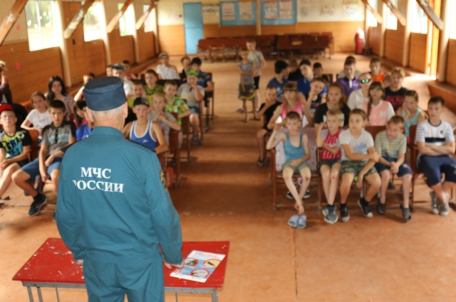 Сотрудники МЧС проверяют абсолютно все лагеря.