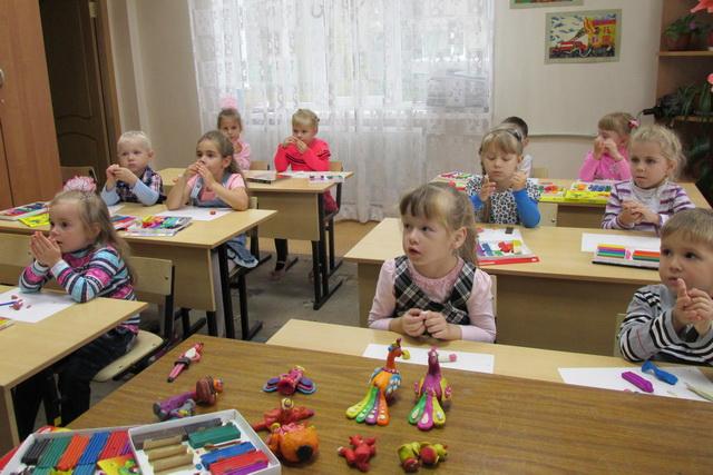 В изостудию ходят дети разных возрастов.