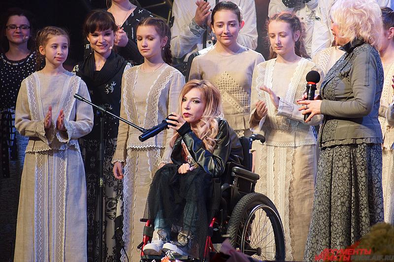 На сцене пермского КДЦ певица появилась под конец концерта хора «Млада».
