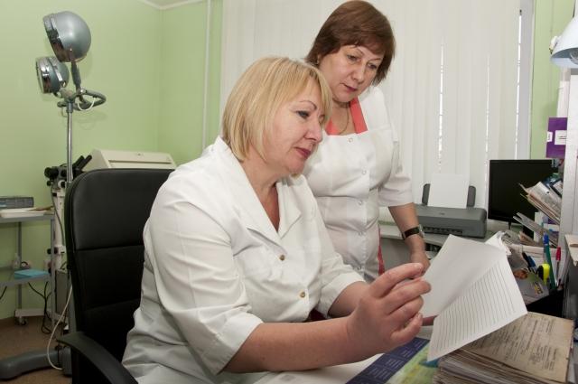 Приём ведут врач гинеколог-эндокринолог Ольга Мелько (сидит) и медсестра  Светлана Евлаш.