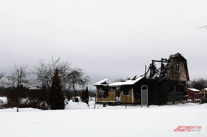 Из-за невозможности подъехать к деревне практически полностью выгорел новый дом, а в соседних двух погибли два пенсионера, так и не дождавшись скорой