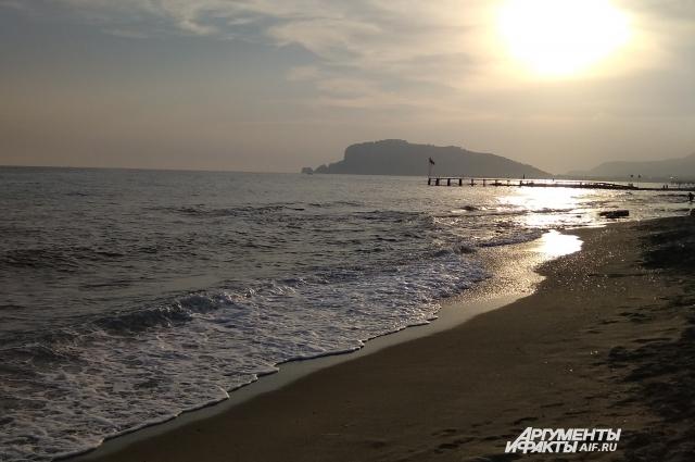 Любоваться закатами на море можно совершенно бесплатно, не важно, какой категории ваш отель и есть ли у него собственный пляж.