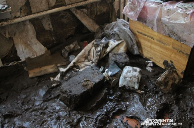 В доме - полуметровый слой грязи и разрушенная мебель.