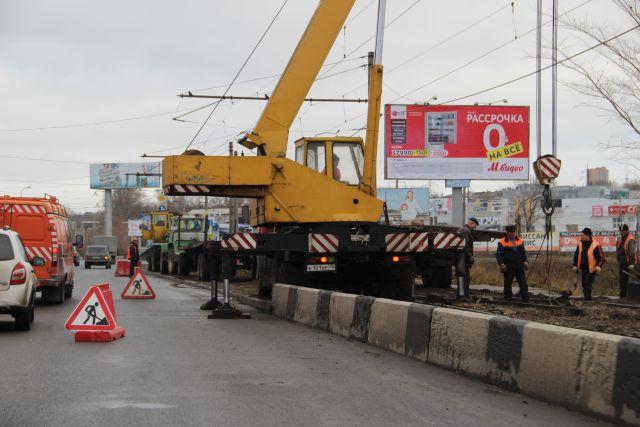 Ремонт на мосту длится около месяца. Несмотря на то, что люди и техника переместились на трамвайные пути, целая автомобильная полоса всё равно занята, и автомобильные пробки не исчезли.
